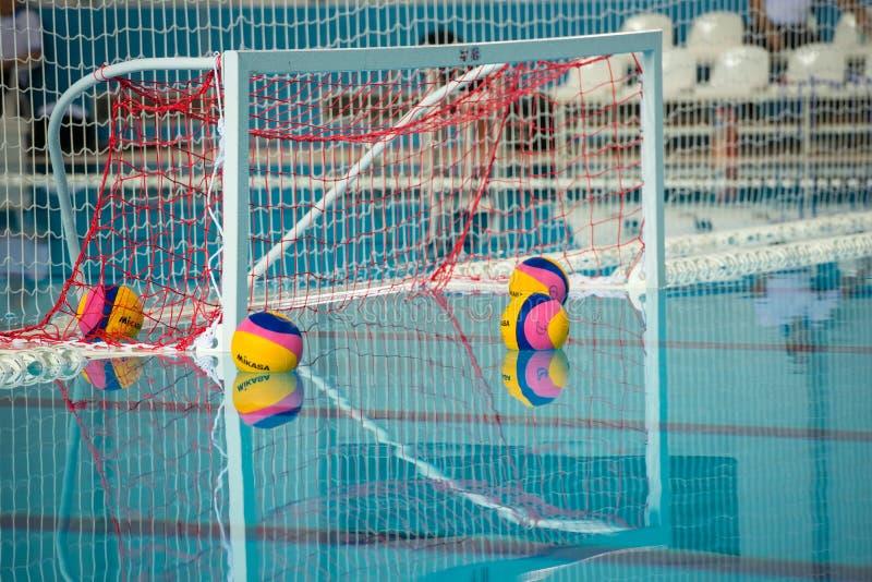 Mål och boll för vattenpolo i simbassäng arkivbild