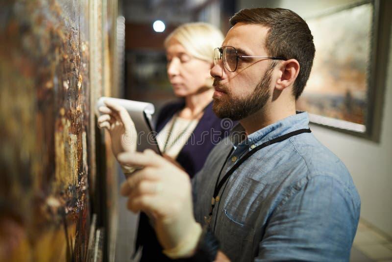 Måla återställande i museum arkivbild