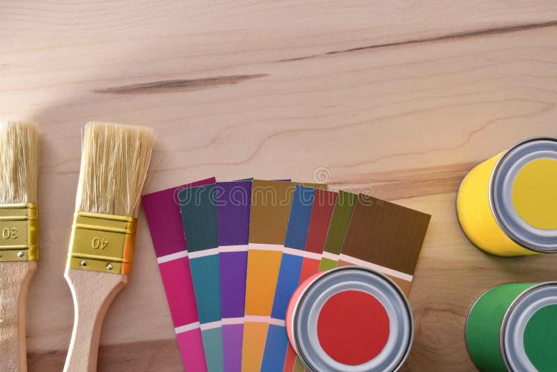 Måla borstekrukor och färgdiagrammet på bästa sikt för tabell royaltyfria bilder