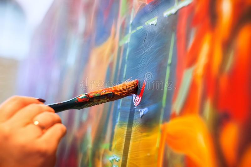 måla borsten på väggen arkivfoto