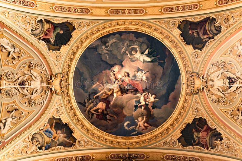 Måla det dekorerade taket av en forntida Christian Cathedral royaltyfri foto