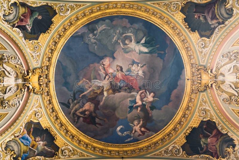 Måla det dekorerade taket av en forntida Christian Cathedral royaltyfria bilder