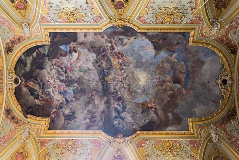 Måla det dekorerade taket av en forntida Christian Cathedral arkivbild