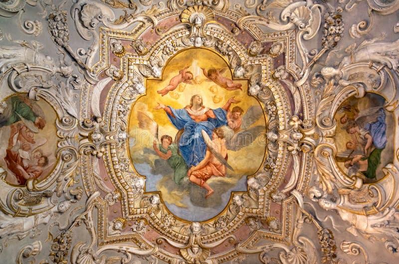 Måla det dekorerade taket av en forntida kristen kyrka royaltyfria bilder