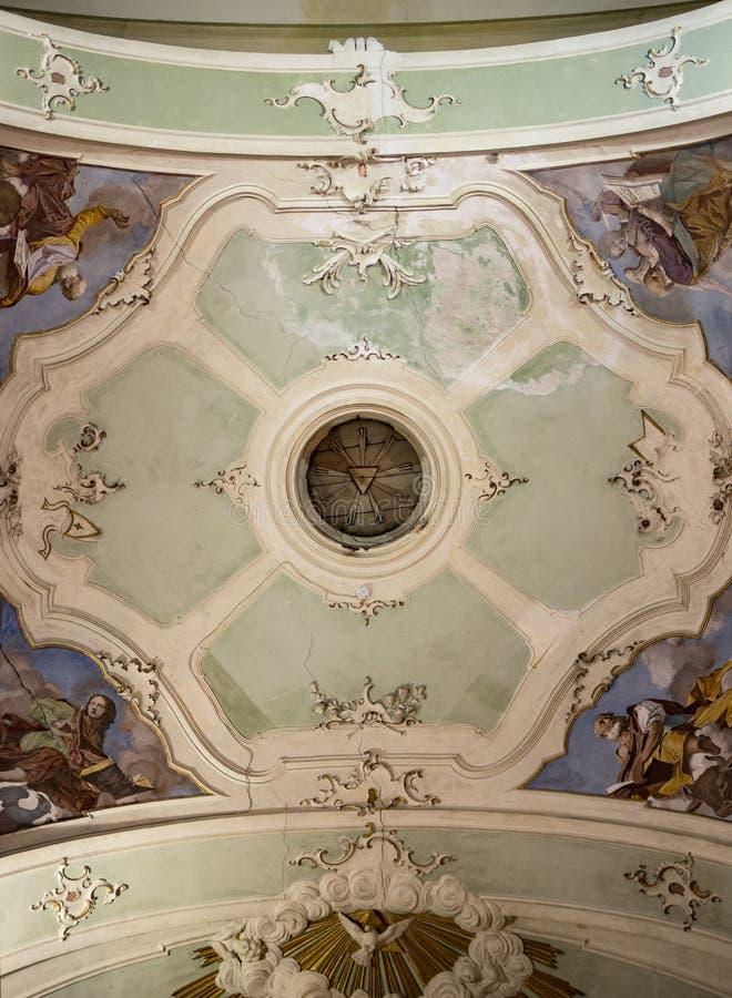 Måla det dekorerade taket av en kristen kyrka arkivbilder
