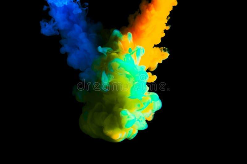 Måla molnet i vatten, abstrakt bakgrund, process av att blanda mångfärgad färg på en svart bakgrund arkivbilder