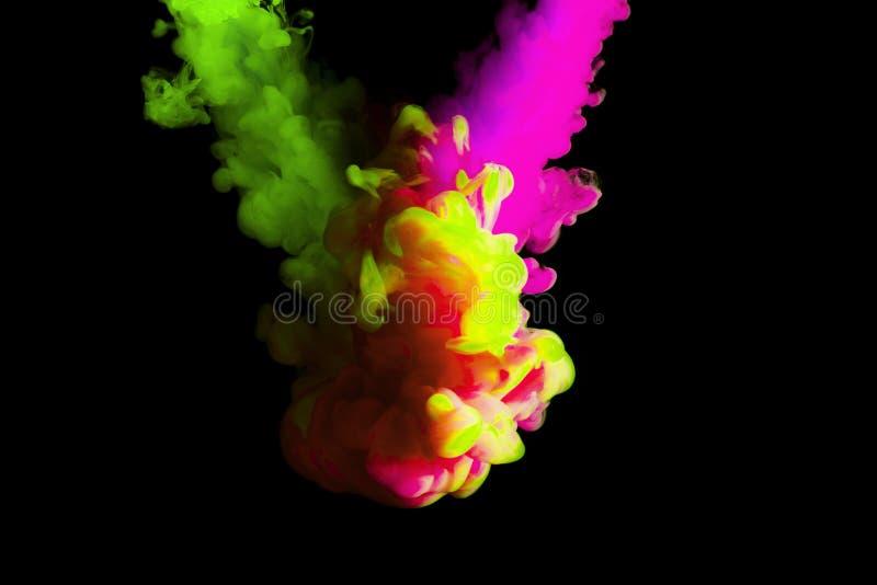 Måla molnet i vatten, abstrakt bakgrund, process av att blanda mångfärgad färg på en svart bakgrund royaltyfri bild