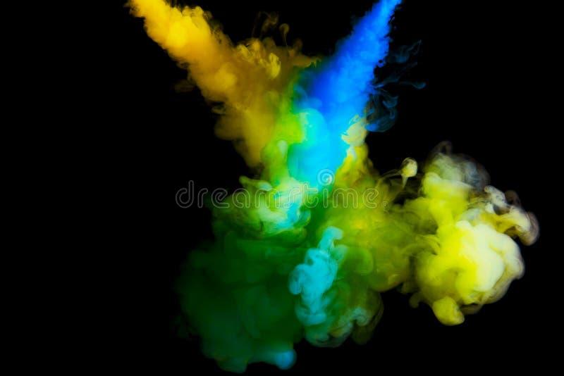 Måla molnet i vatten, abstrakt bakgrund, process av att blanda mångfärgad färg på en svart bakgrund arkivbild