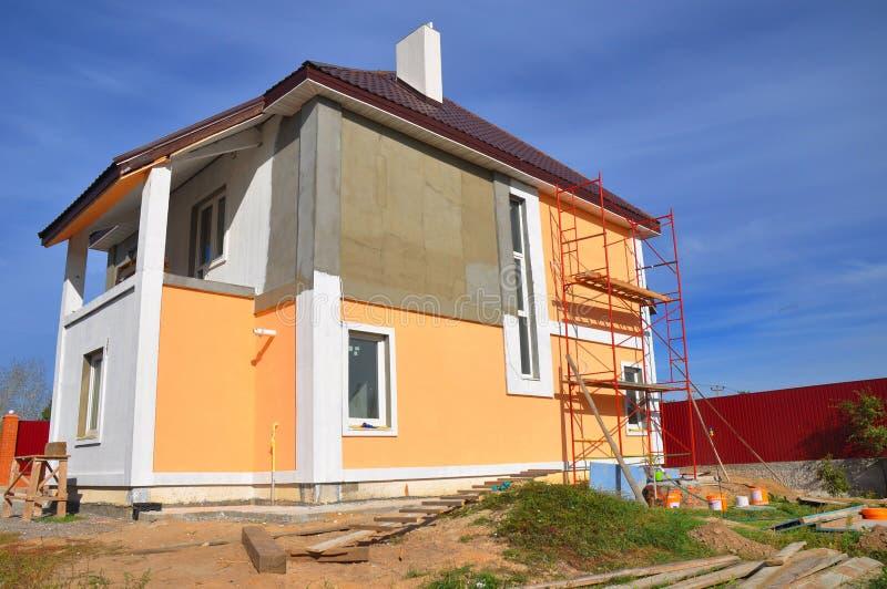 Måla och rappa den yttre husväggen royaltyfri foto