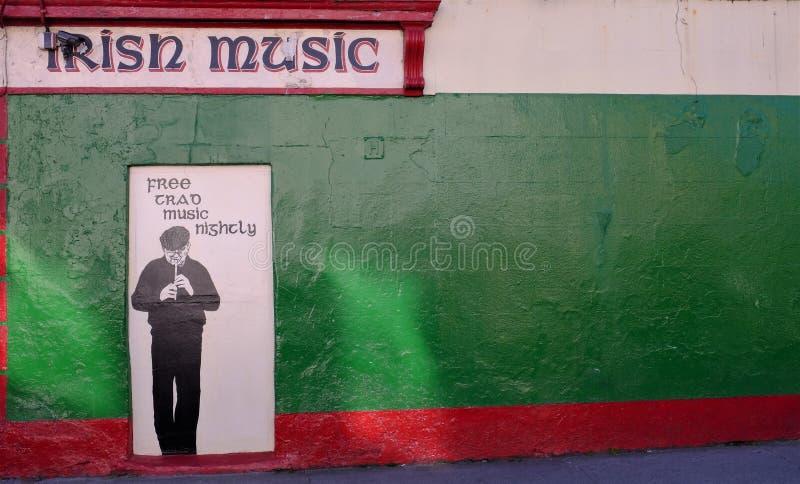 Måla på en byggnad i Galway, Irland som firar det irländska arvet i färg och en musikalisk karikatyr royaltyfri bild