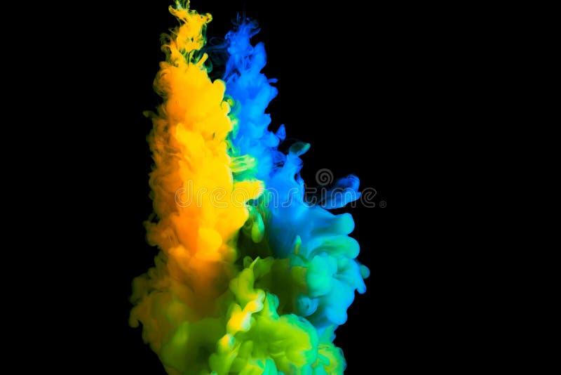Måla strömmen i vatten, det kulöra molnet, abstrakt bakgrund, process av att blanda mångfärgad färg på en svart bakgrund royaltyfria bilder