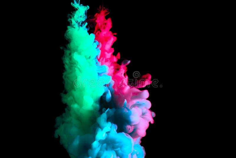 Måla strömmen i vatten, det kulöra molnet, abstrakt bakgrund, process av att blanda mångfärgad färg på en svart bakgrund royaltyfri foto