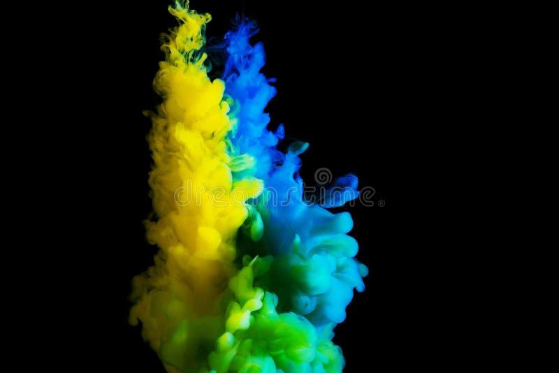Måla strömmen i vatten, det kulöra molnet, abstrakt bakgrund, process av att blanda mångfärgad färg på en svart bakgrund arkivbild