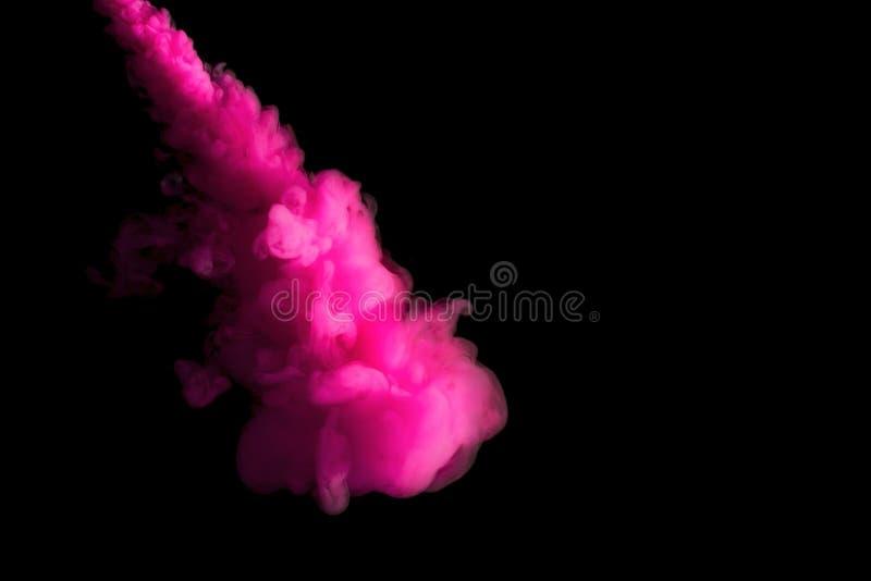 Måla strömmen i vatten, det rosa kulöra färgpulvermolnet, abstrakt bakgrund royaltyfri fotografi