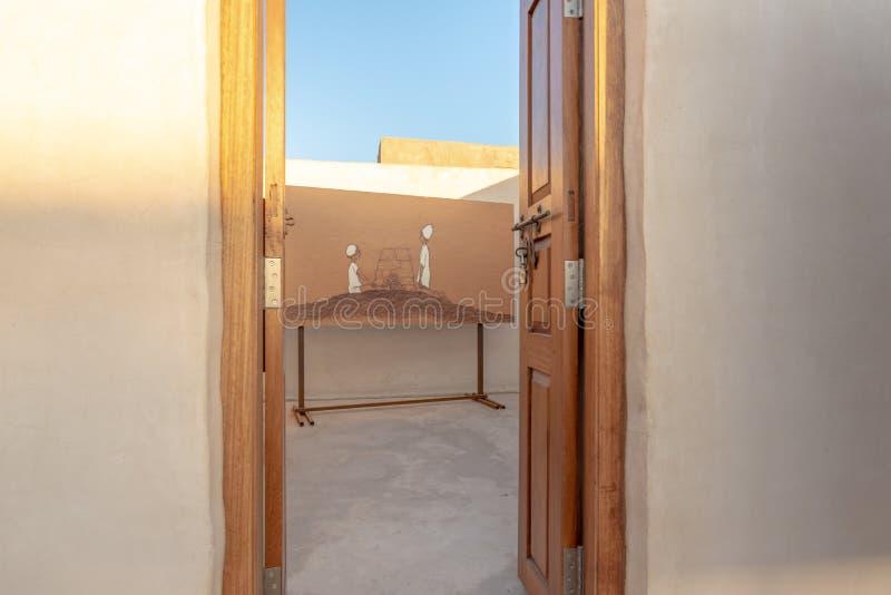 Måla till och med en dörr på Al Jazirah Al Hamra, emirat av Ras Al Khaimah royaltyfri bild