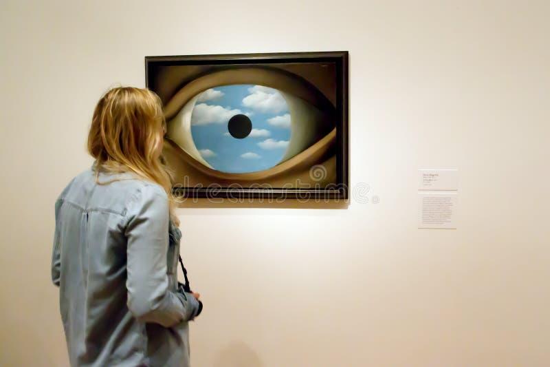 Måla vid Magritte i MoMA av New York arkivbilder