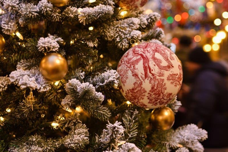 Målad boll på julträdfilial stock illustrationer