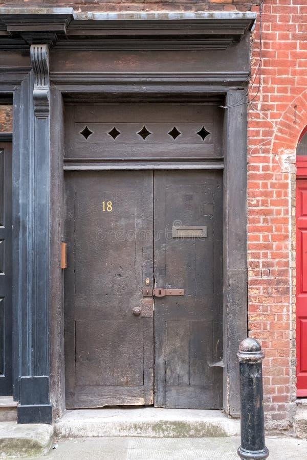 Målad dörröppning på ingången till det traditionella Huguenot huset för vävare` s på den Princelet gatan, Spitalfields, östliga L royaltyfri bild