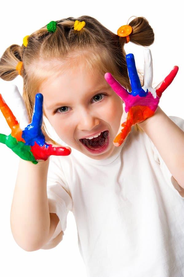 målad flickamålarfärg gömma i handflatan att le arkivbild