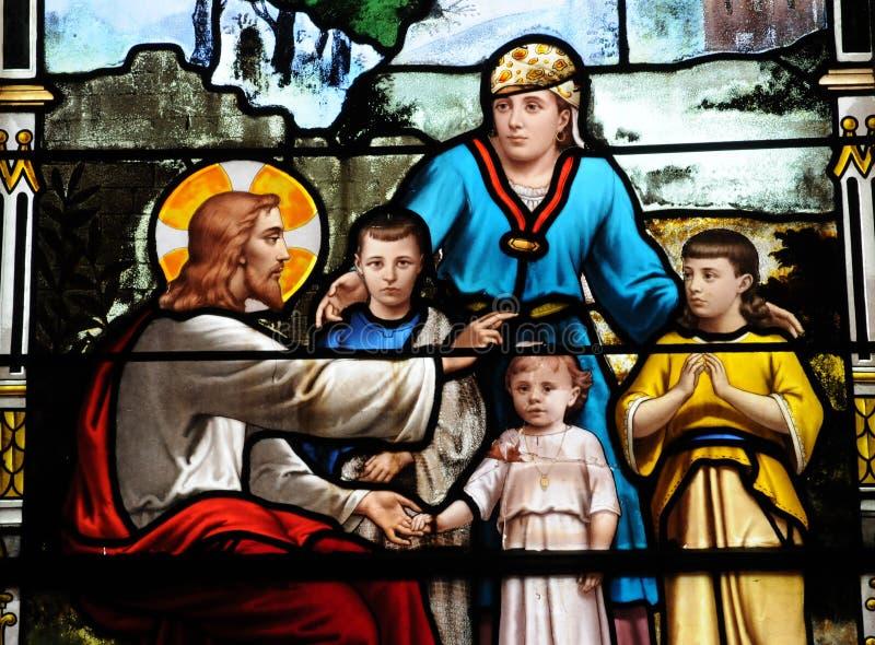 Målad glasfönster i kyrkan av Houlgate i Normandie arkivbilder
