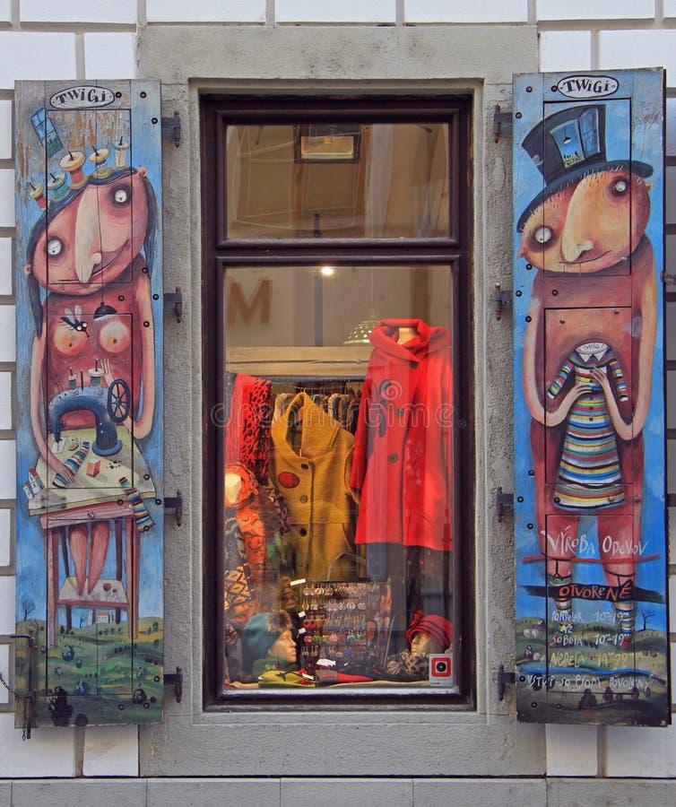 målad Hand-gjord konst stänger med fönsterluckor fönstret i gammal stad av Bratislava arkivfoton