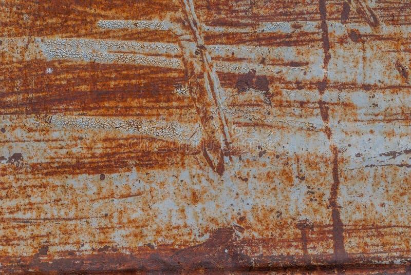 Målad järnyttersida med en stor rostig och metallkorrosion, gammal bakgrund med skalning och knäckamålarfärg som bakgrundstextur royaltyfri bild