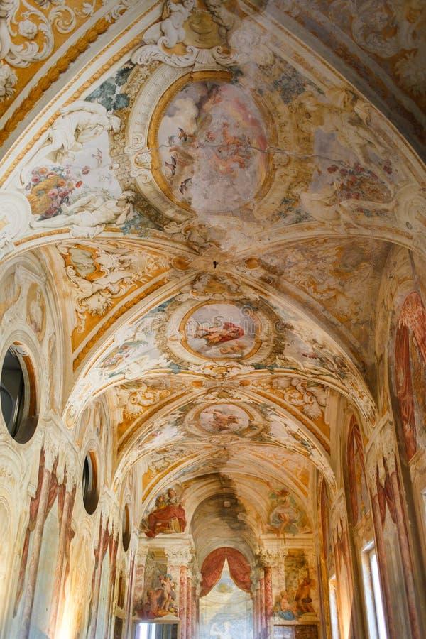 Målad kupol i en gammal italiensk villa arkivbilder