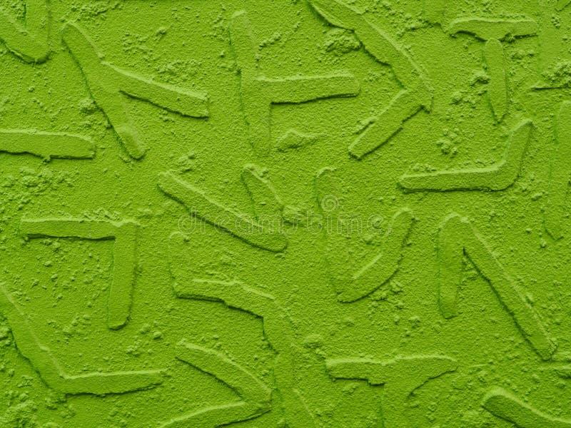 Målad murbrukväggbakgrund med geometriska former som pressar ut, neongräsplan fotografering för bildbyråer