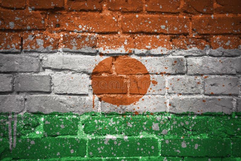 Målad nationsflagga av Niger på en tegelstenvägg royaltyfri bild