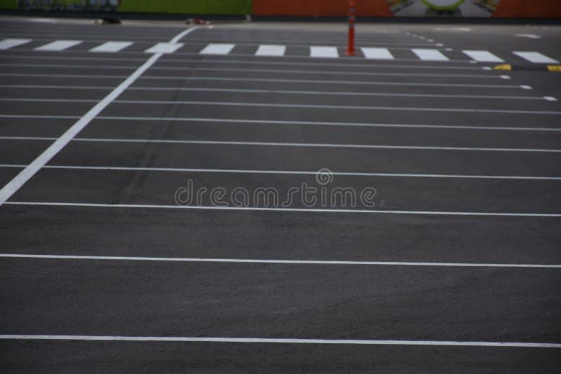 Målad orientering på asfalten för att parkera bilar, royaltyfri foto