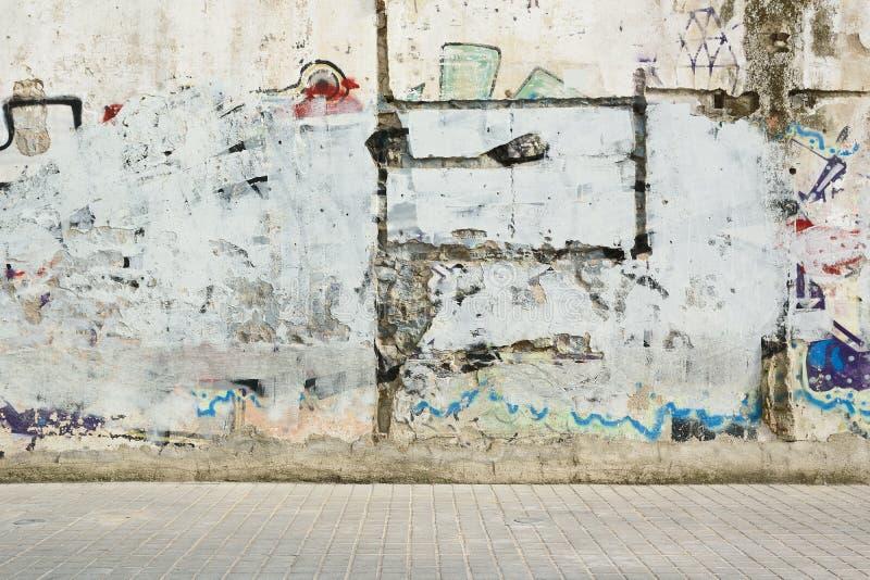 Målad vägg och trottoar för Grunge grafitti Gatastilbakgrund och tömmer kopieringsutrymme royaltyfria bilder
