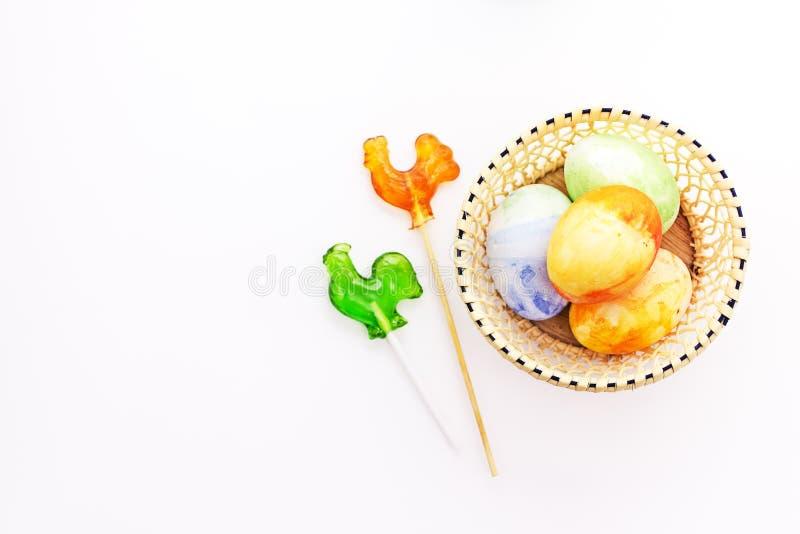 Målade ägg för påsk chiken gyckel med klubbor arkivbild
