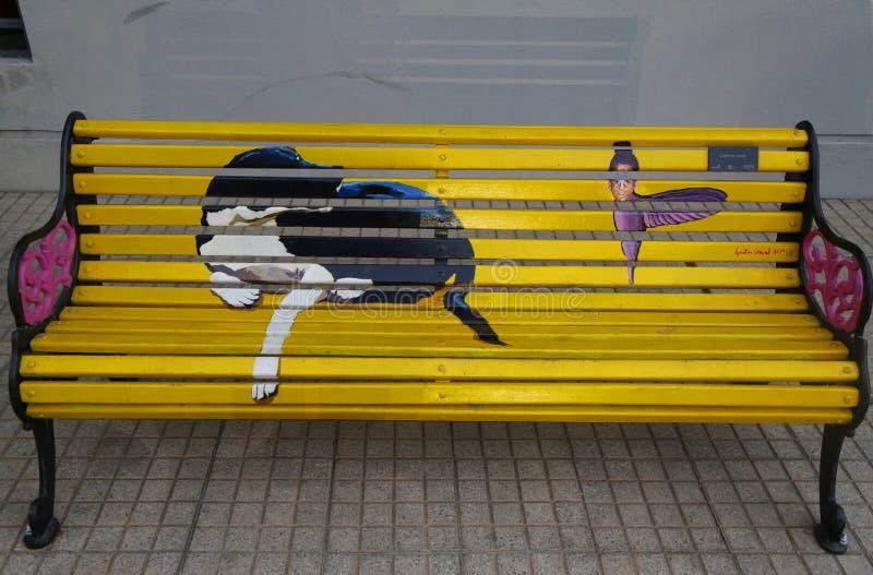 Målade bänkar av Santiago i Las Condes, Santiago de Chile royaltyfri bild
