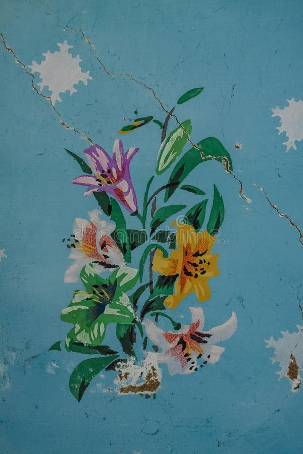 Målade blommor på väggen av ett gammalt hus i ukrainska Carpathians royaltyfri foto
