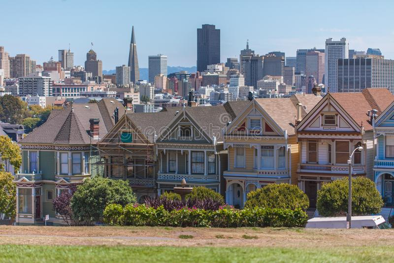 Målade damer framme av San Francisco Skyline royaltyfri bild
