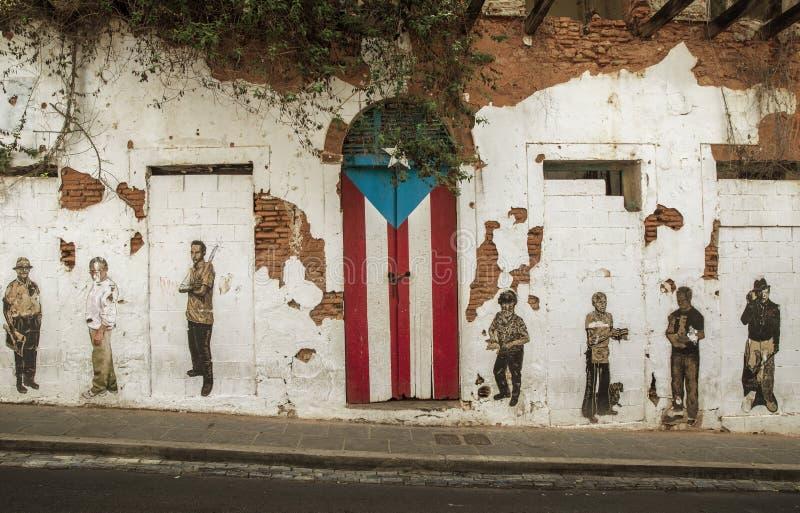 Målade den rican flaggan för grafitti och för puertoen på dörren i gamla San Ju royaltyfria foton