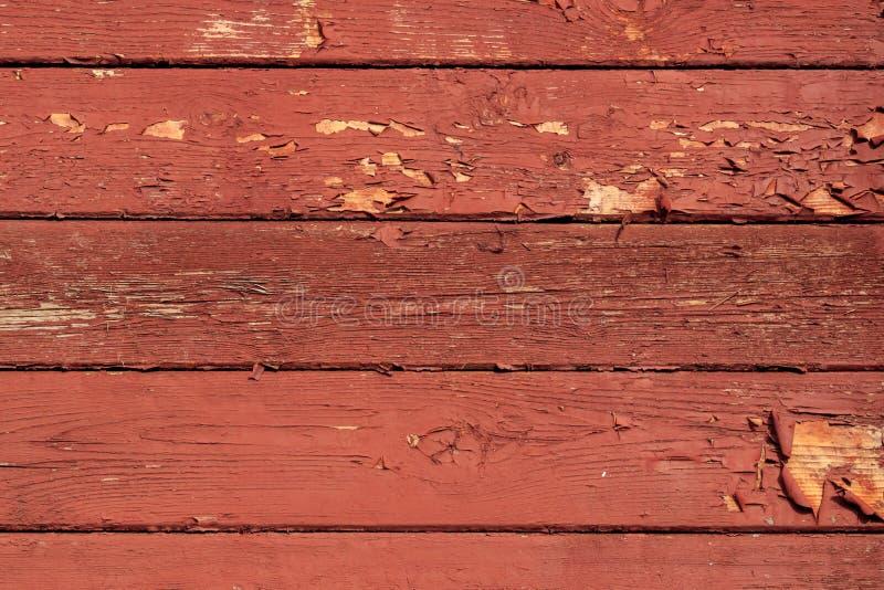 Målade gamla bräden med flugen röd målarfärg royaltyfri fotografi