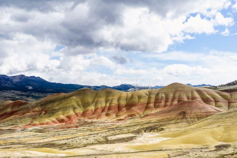 Målade kullar - Mitchell Oregon Den nationella monumentet, färgrika lager visar geologiska eror royaltyfria bilder