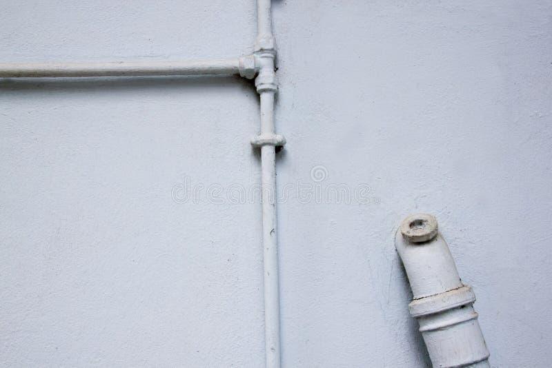 Målade rörmokerirör på Pale Blue Wall arkivbilder