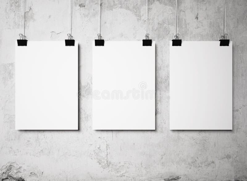 Målade tom affisch som tre hänger på en vit bakgrund, väggar royaltyfri foto