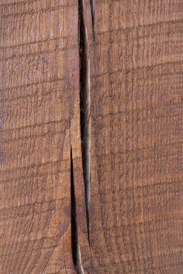 Målade trä sörjer strålen med en spricka Glass med bevattnar arkivbilder