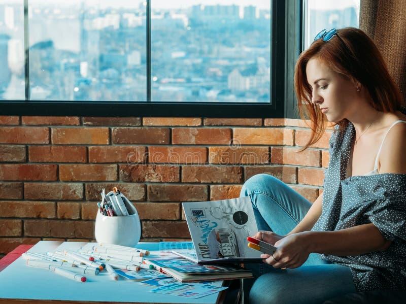 Målare för kvinna för konstnärinspirationkoncentration royaltyfria foton