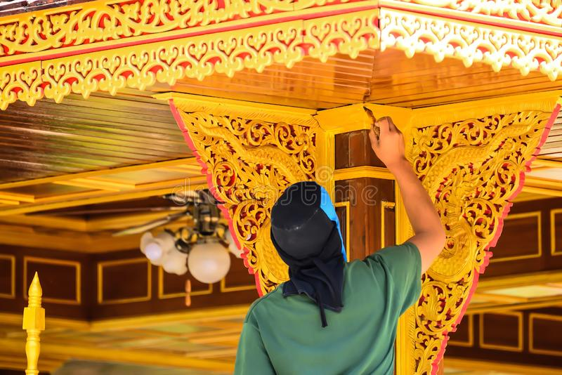 Målare målas på trät royaltyfri foto