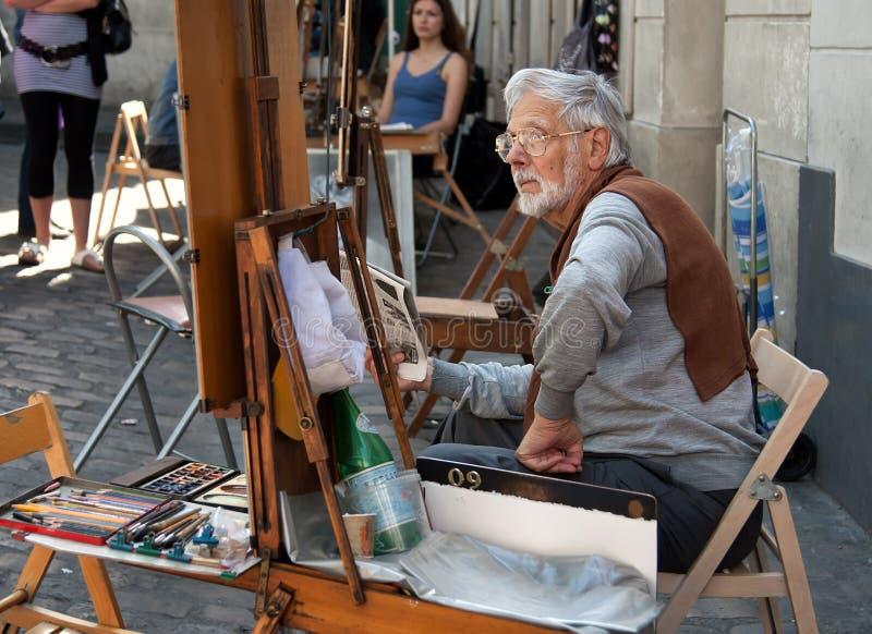 Målare och hans staffli på stället du Tertre i Montmartre av Paris arkivfoto