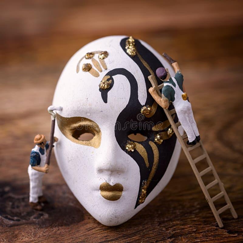 Målare och karnevalmaskering royaltyfri foto