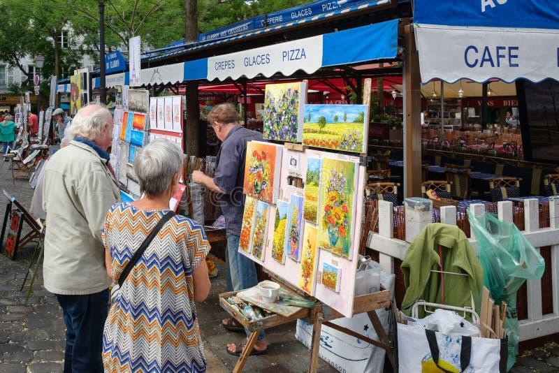 Målare på stället du Tertre i det historiska området av Montmartre i Paris arkivfoton