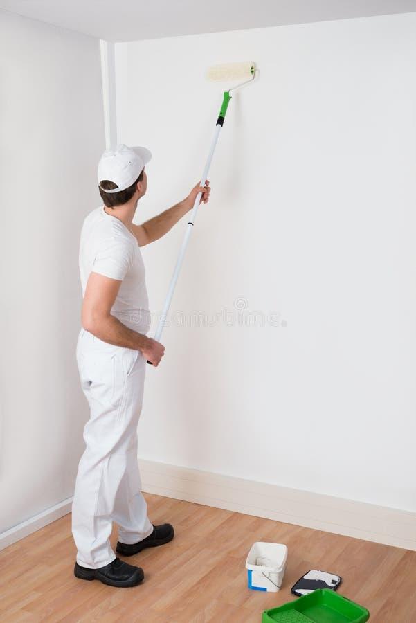 Målare Painting On Wall arkivbild