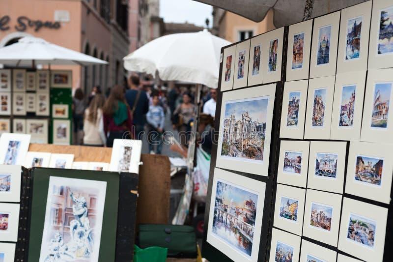 Målare Shows Painting som är till salu till kunden i den Touristic gatan Rome Italien 2013 arkivfoton