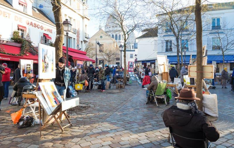Målare som säljer deras arbete på det berömda stället du Tertre i Montmartre, Paris, Frankrike arkivbild