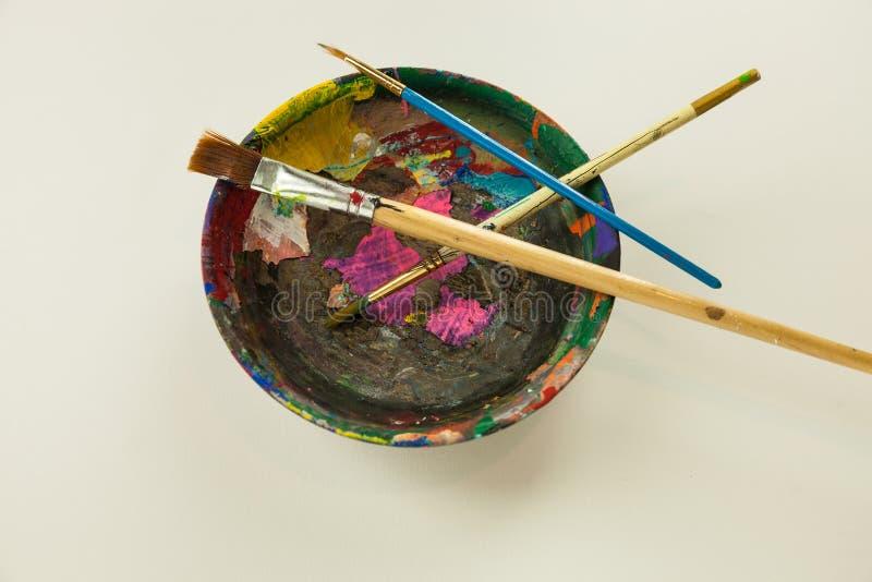 Målarearbetstillförsel målar borstar målar träplastbunken arkivfoton